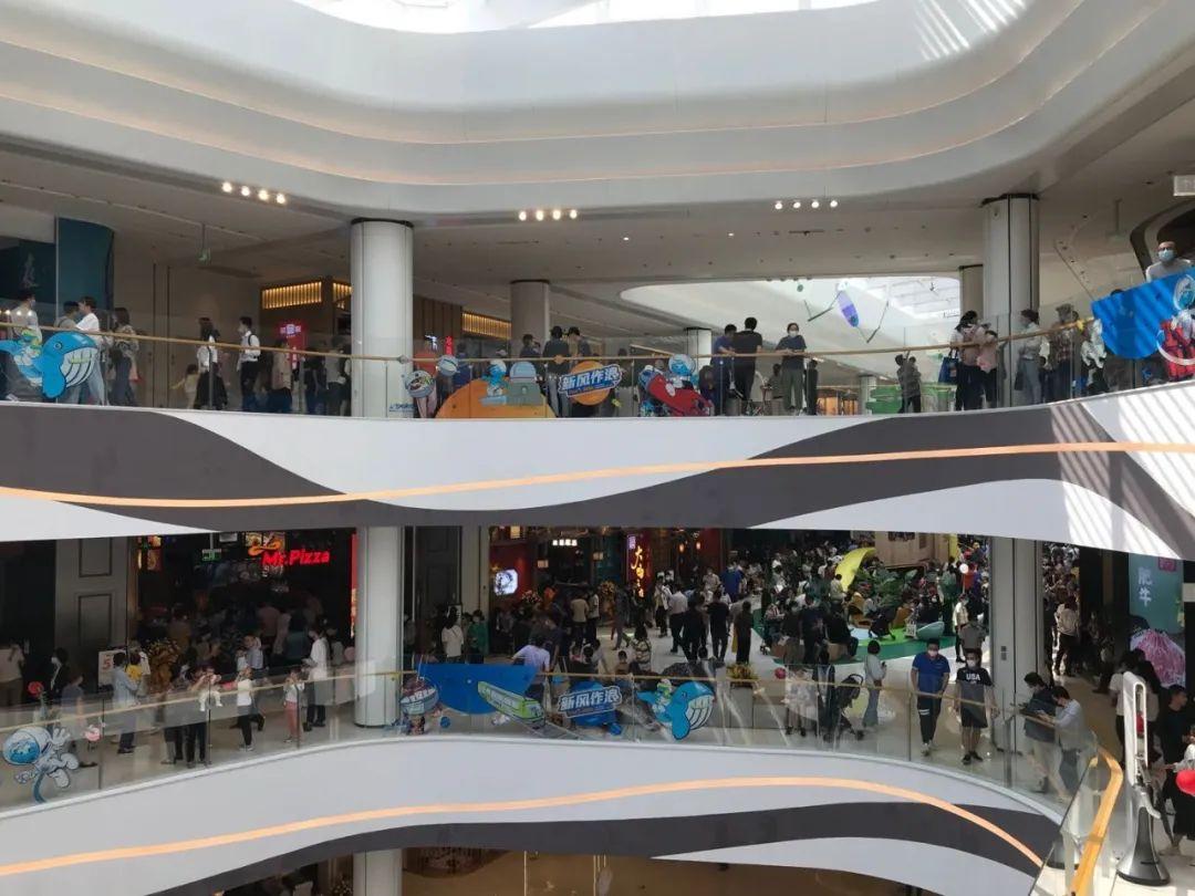 太疯狂!今天龙湖江北天街正式开业!现场人山人海!有餐厅排队 500 多桌!